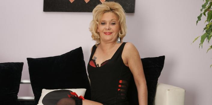 Mature.nl- Mature hottie loves fucking her self with a dildo