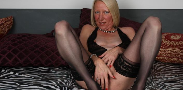 Mature.nl- Blonde mature lady fills her wet pussy with a dildo