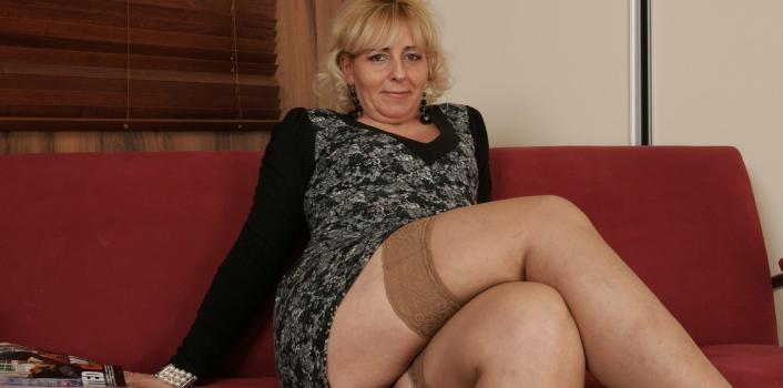 Mature.nl- Big ass mature woman fingers her pussy and asshole on the couch