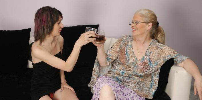 Mature.nl- Skinny chick fucking a old granny