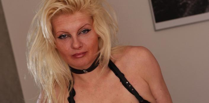 Mature.nl- Mature woman fingers her butt hole