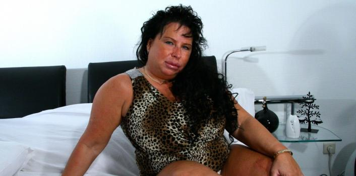 Mature.nl- Tanned BBW plays with her bright pink pussy