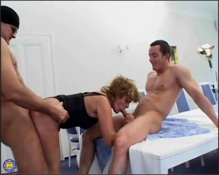 Mature.nl- This mature slut loves two cocks at once
