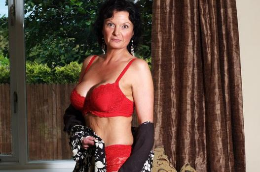 Mature.nl- Mature housewife being sexy in her red lingerie
