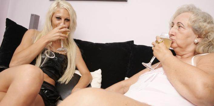 Mature.nl- Hot young and old lesbian eating each others pussy and ass