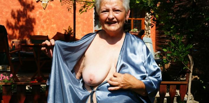 Mature.nl- Hairy naughty grandma having a orgasm outside