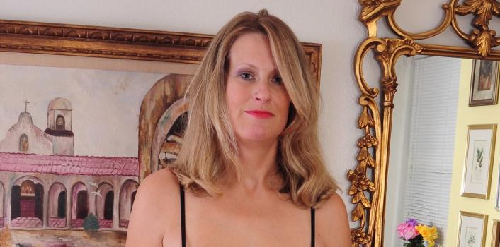Mature.nl- American housewife shows off her nice body