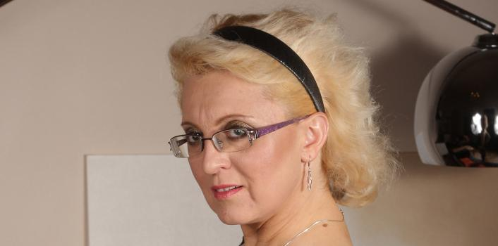 Mature.nl- Blonde mature lady masturbates herself