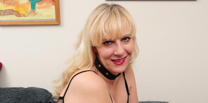 Mature.nl- Kinky blonde housewife masturbates herself on the couch