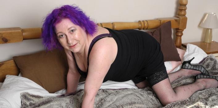 Mature.nl- Kinky housewife with purple hair masturbating