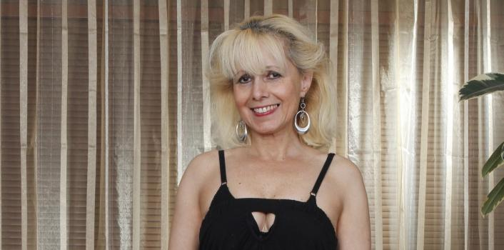 Mature.nl- Horny blonde woman loves to masturbate
