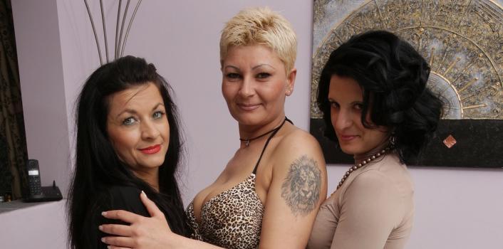 Mature.nl- Hot mature lesbian threesome at home