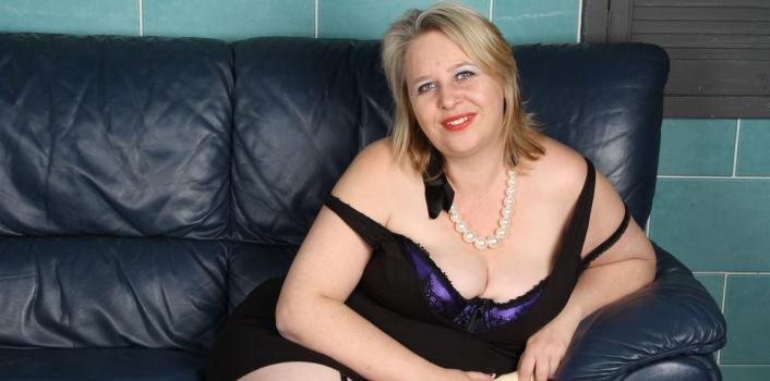 Mature.nl- Hot BBW loves ramming dildo_s up her fanny